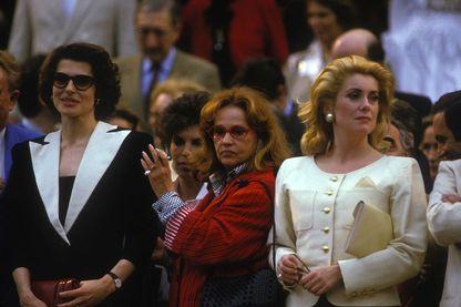 Fanny Ardant, Jeanne Moreau et Catherine Deneuvesur les marches du Palais des Festivals après un hommage au réalisateur François Truffaut le 12 mai 1985 à Cannes