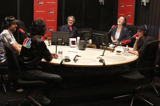 Antoine de Caunes et Charline Roux reçoivent le groupe Justice et accueille cette saison un nouveau chroniqueur : Loïc Prigent (à droite avec la casquette)