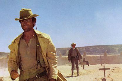 Celui qui se fait appeler Personne (Ternece Hill) admire Jack Beauregard (Henry Fonda) depuis le plus jeune âge.