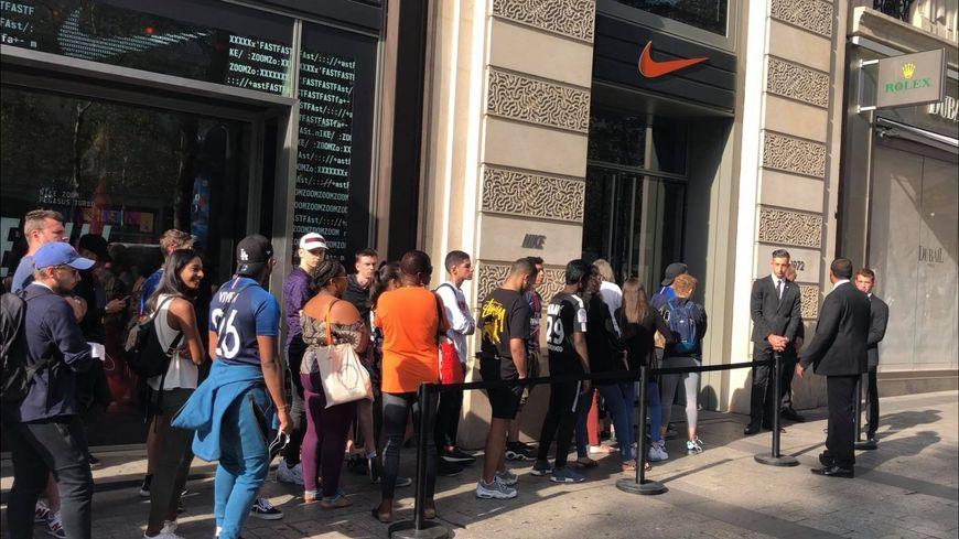 b9d0ff19ed3 Les supporters de l Equipe de France devant la boutique Nike des Champs- Élysées