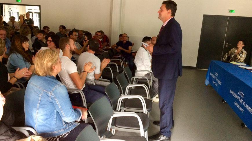 Le proviseur Christophe Courdent accueille le personnel dans la salle polyvalente