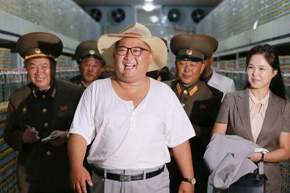 Le leader nord-coréen Kim Jong Un inspectant la fabrique de poisson Kumsanpho avec son épouse Ri Sol Ju (image non datée publiée par l'agence de presse centrale coréenne (KCNA) le 8 août 2018 via le KNS)