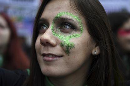Un militant en faveur de la légalisation de l'avortement fait une démonstration devant le Congrès national à Buenos Aires, en Argentine, le 8 août 2018.