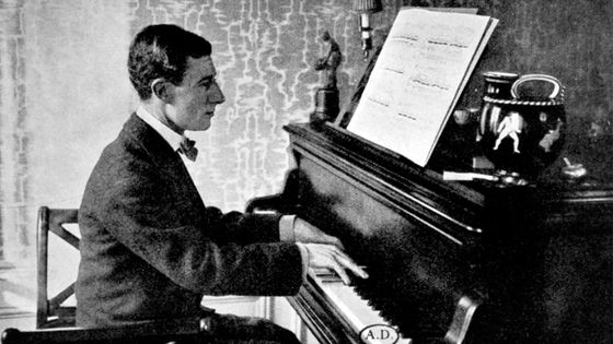 Maurice Ravel au clavier dans son appartement de l'avenue Carnot à Paris