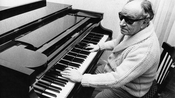 Le pianiste et compositeur Joaquin Rodrigo (1901 - 1999) ; chez lui à Madrid.