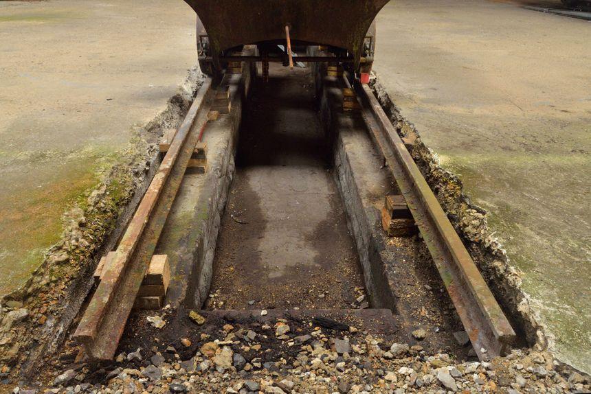 A l'intérieur, les fosses servant à l'entretien subsistent toujours.