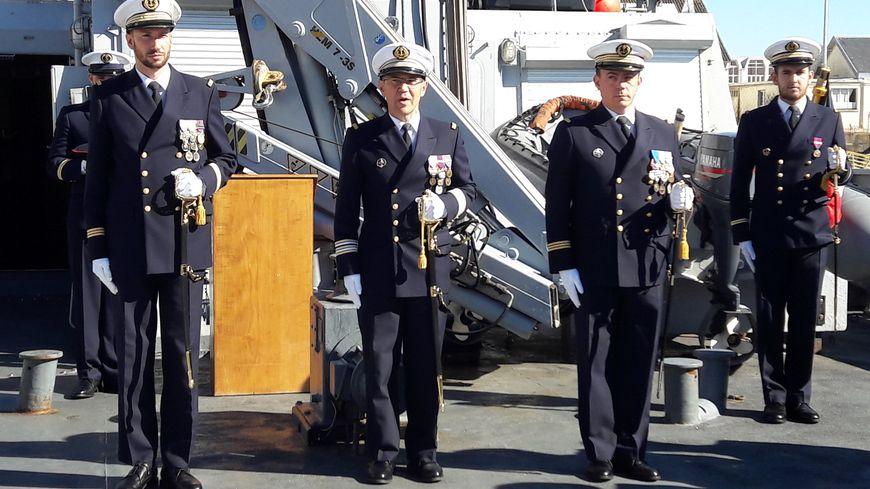 Âgé de 35 ans, le lieutenant de vaisseau Benjamin Desbarres (à gauche) est le nouveau commandant du Cormoran