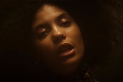 "Capture d'écran du clip ""Everything Is Recorded - Mountains Of Gold (ft. Sampha, Ibeyi, Wiki & Kamasi Washington)"" (capture faite le 27/082018)"