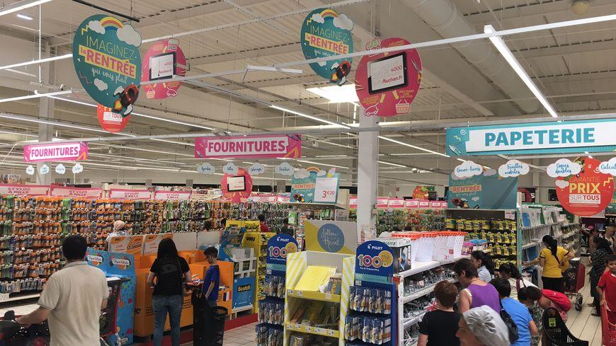 A un peu plus de 2 semaines de la rentrée, il est temps de penser aux fournitures scolaires. Exemple ici dans les rayons du supermarché Auchan Saint-Loup à Marseille