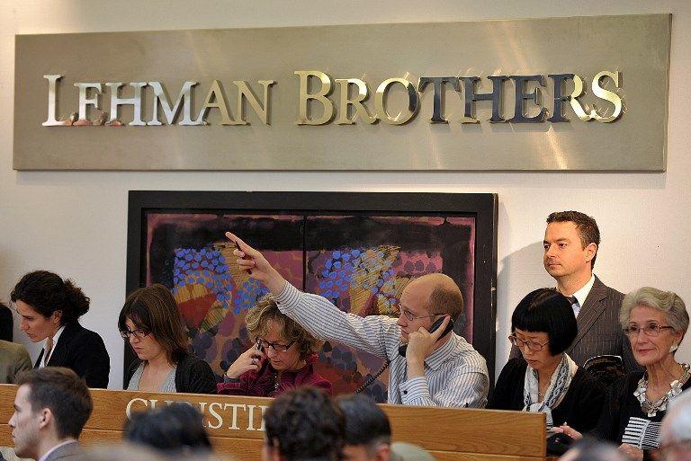"""Un employé indique une offre téléphonique pendant la vente """"Lehman Brothers: Artwork and Ephemera"""" aux commissaires-priseurs du Christie's à Londres le 29 septembre 2010."""