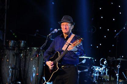 Idir en concert au Dôme d'Alger en janvier 2018. Ce concert marquait le retour du chanteur après son dernier concert en Algérie en 1979.
