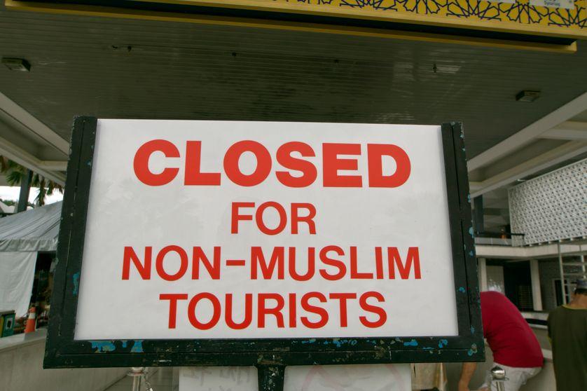 """Signe disant """"Fermé pour les touristes non-musulmans"""""""