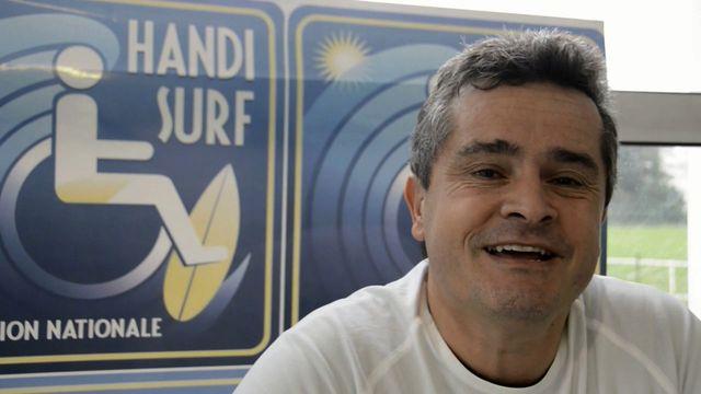 Jean-Marc Saint-Geours est engagé depuis des années auprès d'enfants et adultes en situation de handicap pour leur permettre de pratiquer le surf et les intégrer dans les écoles et clubs de surf.