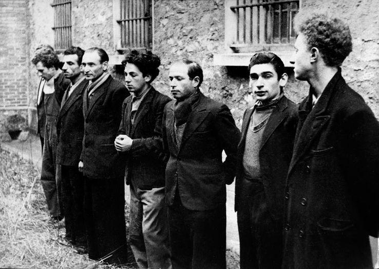 """Des membres du """"groupe Manouchian"""", photographiés pour la propagande Nazi, peu de temps avant leur exécution, en novembre 1944."""