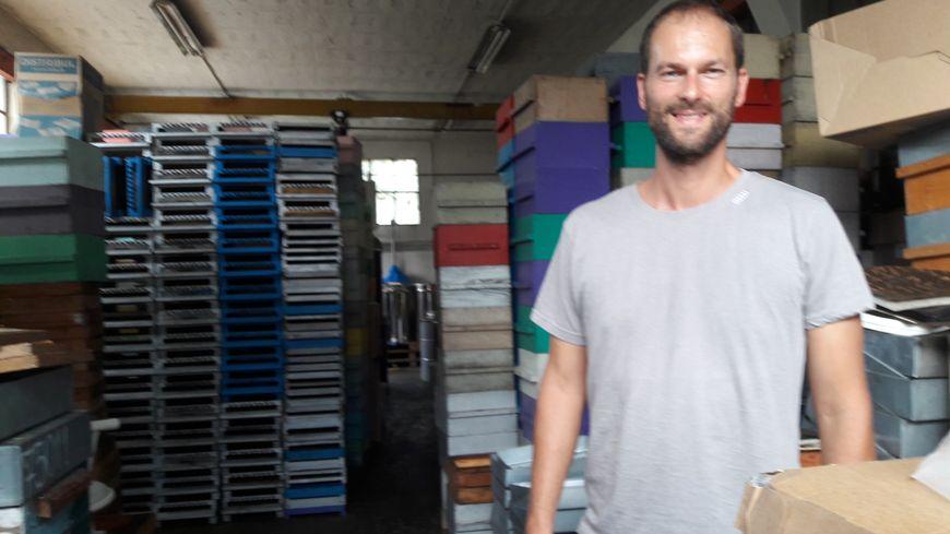 Thierry Salavin, apiculteur isérois, dans son atelier.