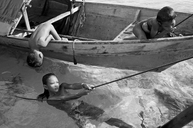 """""""Enfants Badjao. Mer de Sulu. Nord Bornéo, Malaisie"""". (Photo décrite à l'antenne par Nicolas Stoufflet)"""