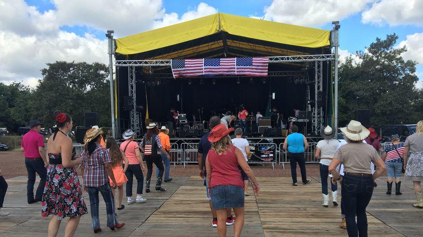 Plusieurs milliers de visiteurs sont attendus pendant quatre jours au Festival Western pour faire claquer leurs santiag sur la piste de danse.