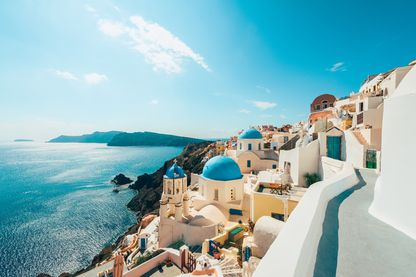 Vue d'Oia, une ville côtière située à l'extrémité nord-ouest de Santorin, l'une des îles Égéennes grecques.