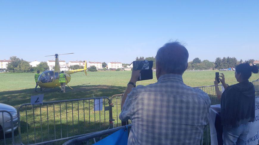 Les montgolfières n'étaient pas les seules à voler dans le ciel de Maizières, un hélicoptère venu de Belgique proposait des baptêmes de l'air.