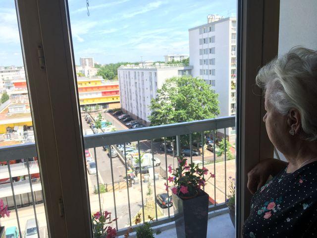Odette habite au 7e étage d'un immeuble du centre de Tremblay-en-France. Le paysage de sa fenêtre a énormément changé ces dernières années, avec de gros travaux de rénovation.