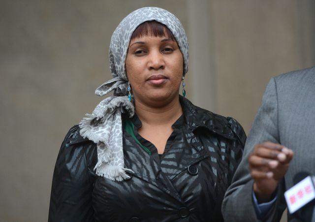 Nafissatou Diallo quitte la Cour suprême du Bronx accompagnée de son avocat Kenneth Thompson, à New York, le 10 décembre 2012.