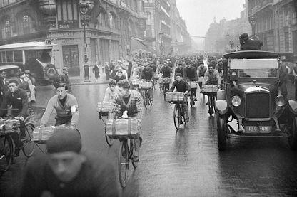 Un passage des concurrents de la course des porteurs de journaux à Paris, France en 1930.