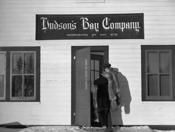 Un trappeur vient vendre ses peaux à la Compagnie de la Baie d'Hudson en février 1946. Cette compagnie a été fondée en 1670 par  Pierre-Esprit de Radisson et Médard Chouart des Groseilliers à Londres.
