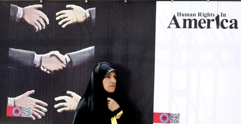 """Affiche anti-américaine dans l'ancien quartier de l'ambassade américaine le 16 mai 2018 à Téhéran. L'Iran a déclaré que de nouvelles sanctions américaines ne feraient que rendre les Iraniens """"plus déterminés, patients et plus résistants que jamais"""""""