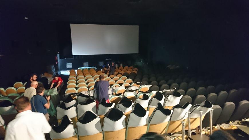 La salle numéro 1 du Klub en pleine pose de mousse de sièges