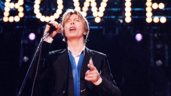 David Bowie en live sur scène à l'amphithéâtre Verizon (USA).