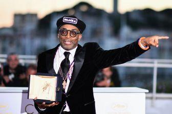 """Spike Lee avec son trophée lors d'un photocall après avoir remporté le Grand Prix du film """"BlacKkKlansman"""" pendant la 71ème édition du Festival de Cannes."""