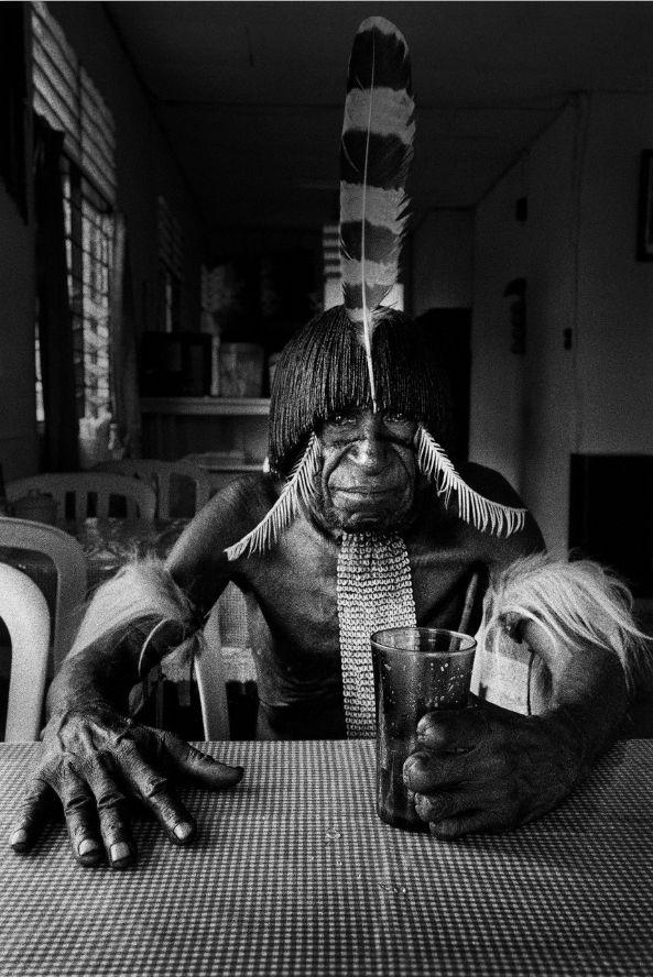 Papou de l'ethnie Dani dans un restaurant tenu par des Indonésiens. Irian Jaya. Indonésie. (Photo décrite à l'antenne par Laurence Garcia)
