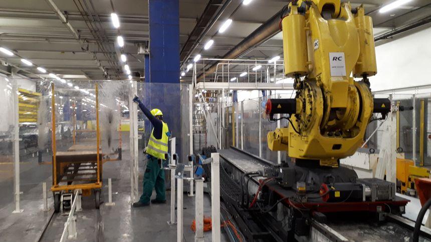 En jaune, l'un des 40 nouveaux robots installés dans l'atelier ferrage de PSA.