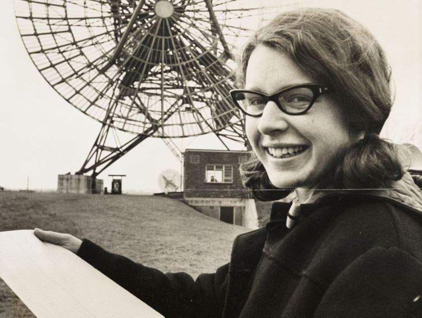 A photograph of Jocelyn Bell Burnell au Mullard Radio Astronomy Observatory à Cambridge University, en 1968.