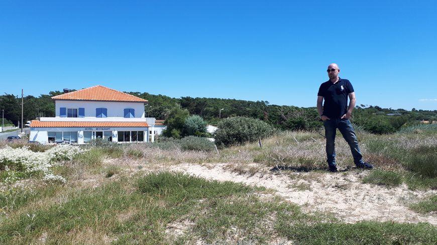Fabrice Roux devant son hôtel-restaurant : Le Grain de Sable à Domino-Saint Georges d'Oléron.