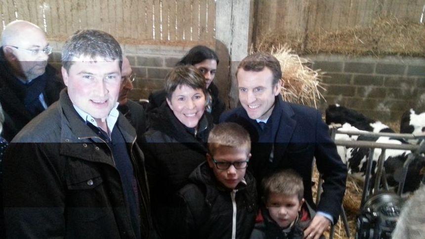 Emmanuel Macron avec les propriétaires de la ferme à Gennez-sur-Glaize