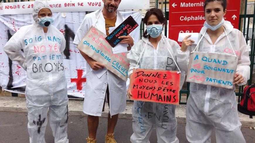Des membres du personnel paramédical de l'hôpital Lariboisière manifestent devant leur établissement