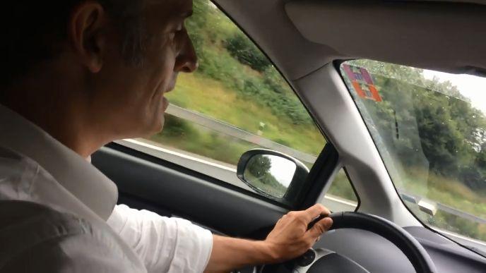 Le maire de Grenoble rappe sur du Nekfeu au volant de sa voiture