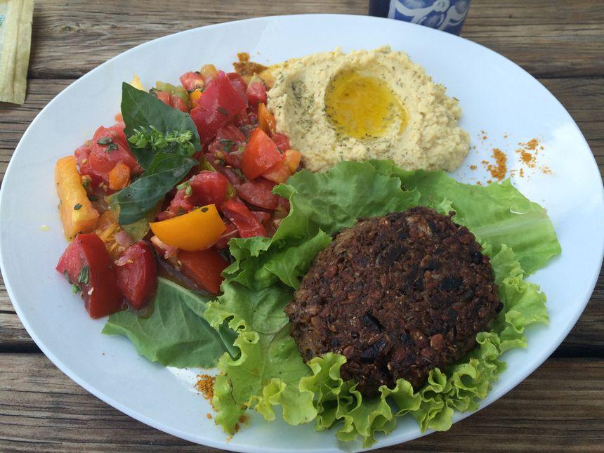 Une assiette végétarienne proposée par Nico, cuisiner d'un jour au Saint-Jacques