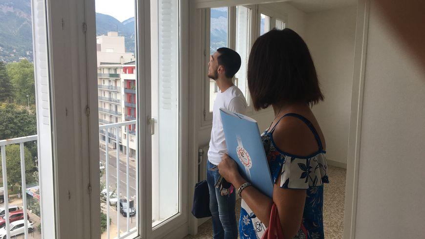 Guillaume visite son - peut-être - futur appartement à Grenoble