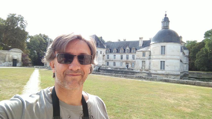 """Un petit selfie devant le château """"d'Angélique""""."""