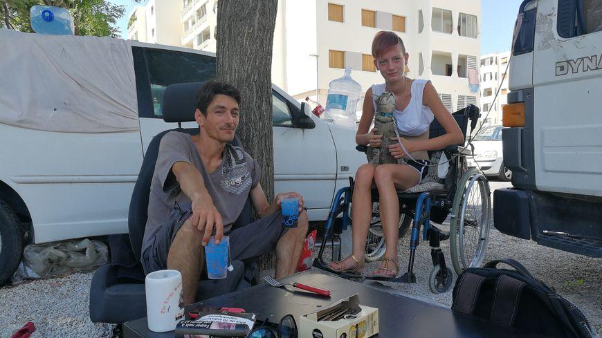 Léa, malade, et son conjoint Cédric vivent sur un parking d'Aix-en-Provence depuis plusieurs mois, sans parvenir à obtenir un logement HLM.