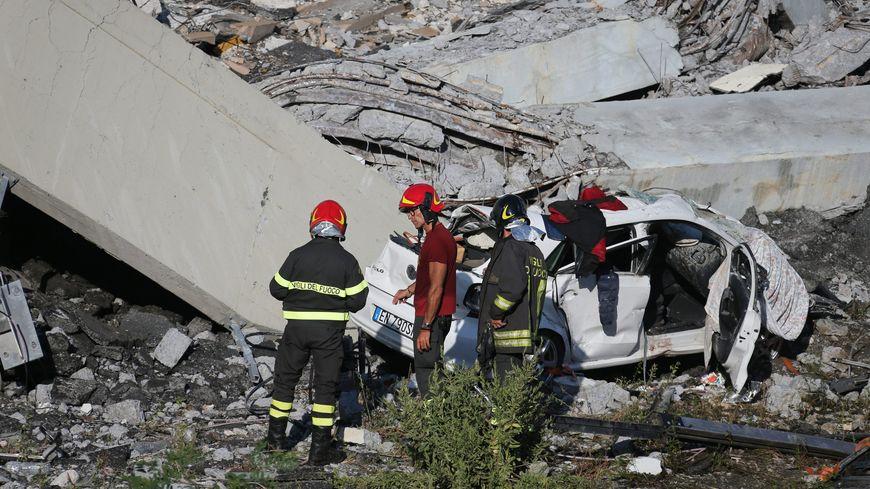 Une trentaine de voitures seraient tombés dans le vide, faisant une chute de 45 mètres