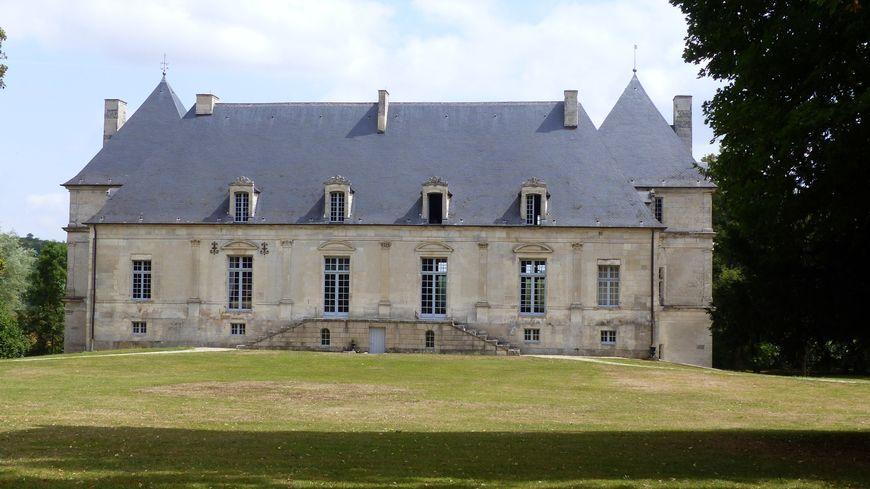 Le château de Nuits (Yonne) coté parc
