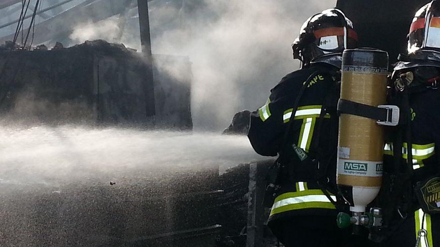 Les pompiers du Cher ont notamment aspergé les locaux de mousse pour rendre les produits chimiques inertes