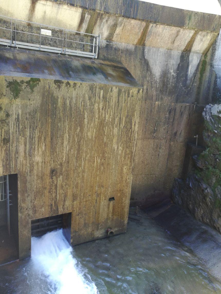 La vanne principale du barrage ouverte pour vider l'eau retenue