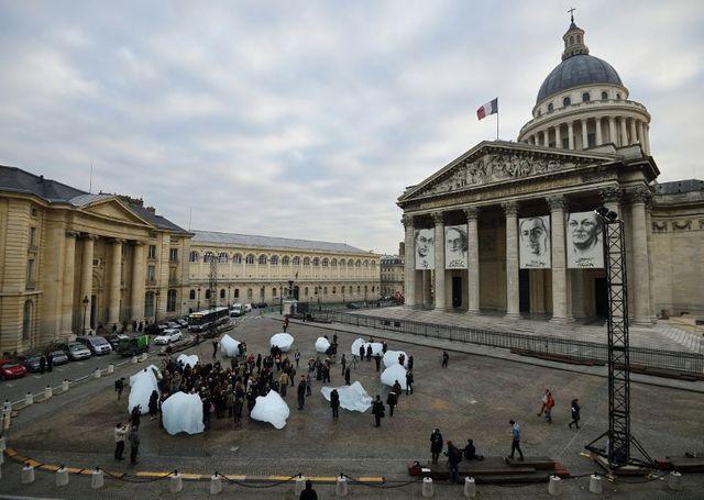 """""""Ice Watch"""" de Olafur Eliasson, devant le Panthéon en 2015"""
