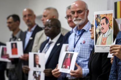Des victimes d'abus sexuels posent avec des photos de membres du clergé lors d'une conférence de presse le 7 juin 2018 à Genève.