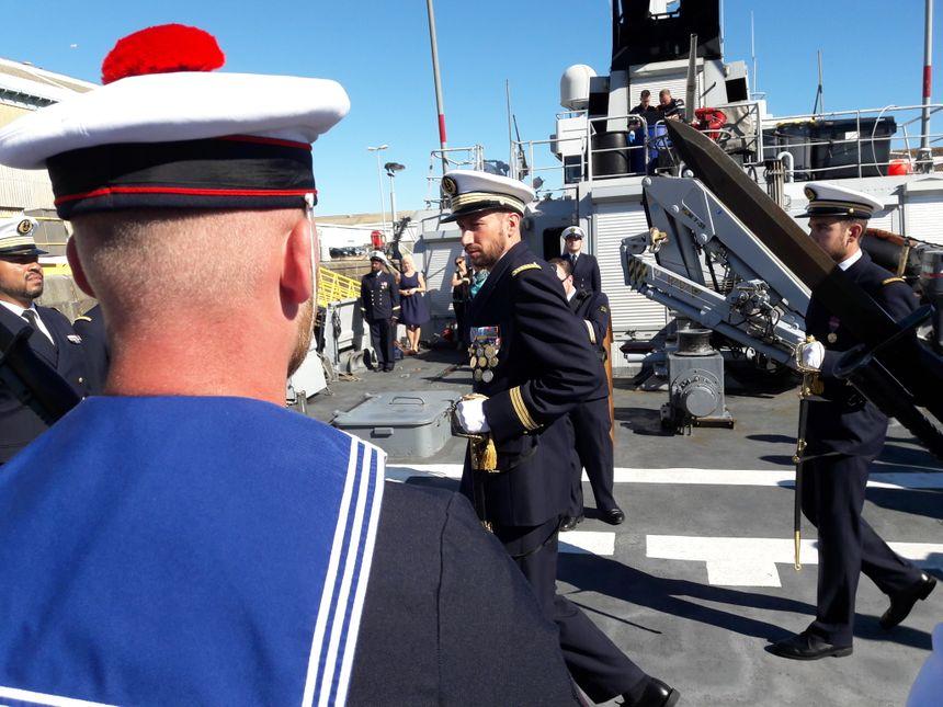 Le lieutenant de vaisseau Benjamin Desbarres lors de l'inspection des troupes