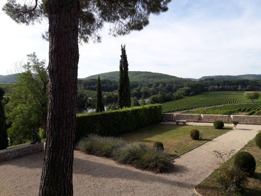 Le Château surplombe le Lot et une partie du domaine viticole.